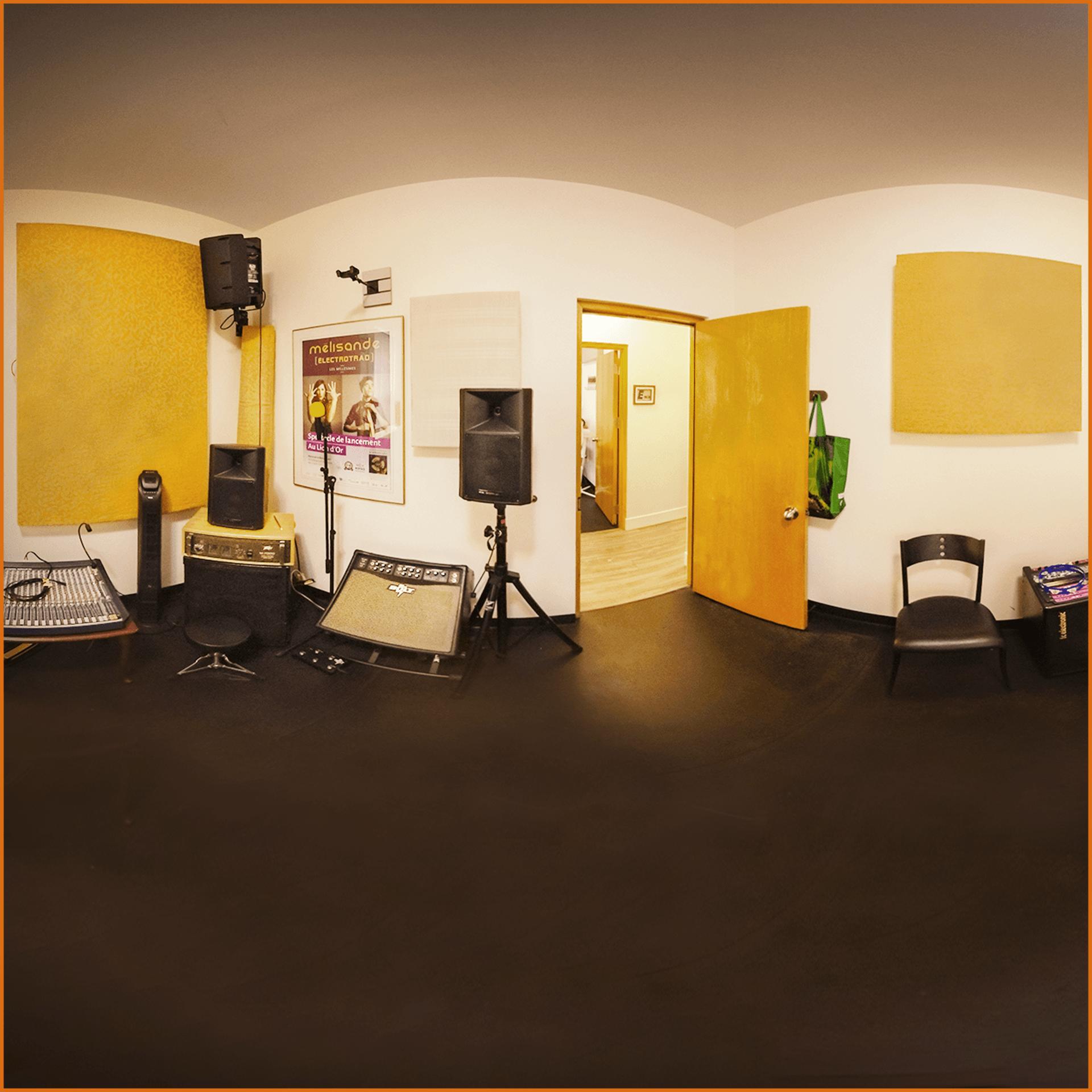 Studio Fmaj7 pour 5 musiciens tout équipé avec deux amplificateur de guitare, un amplificateur de basse, une batterie Pearl, Clavier Roland 76 touches, deux microphones, une console et système de son
